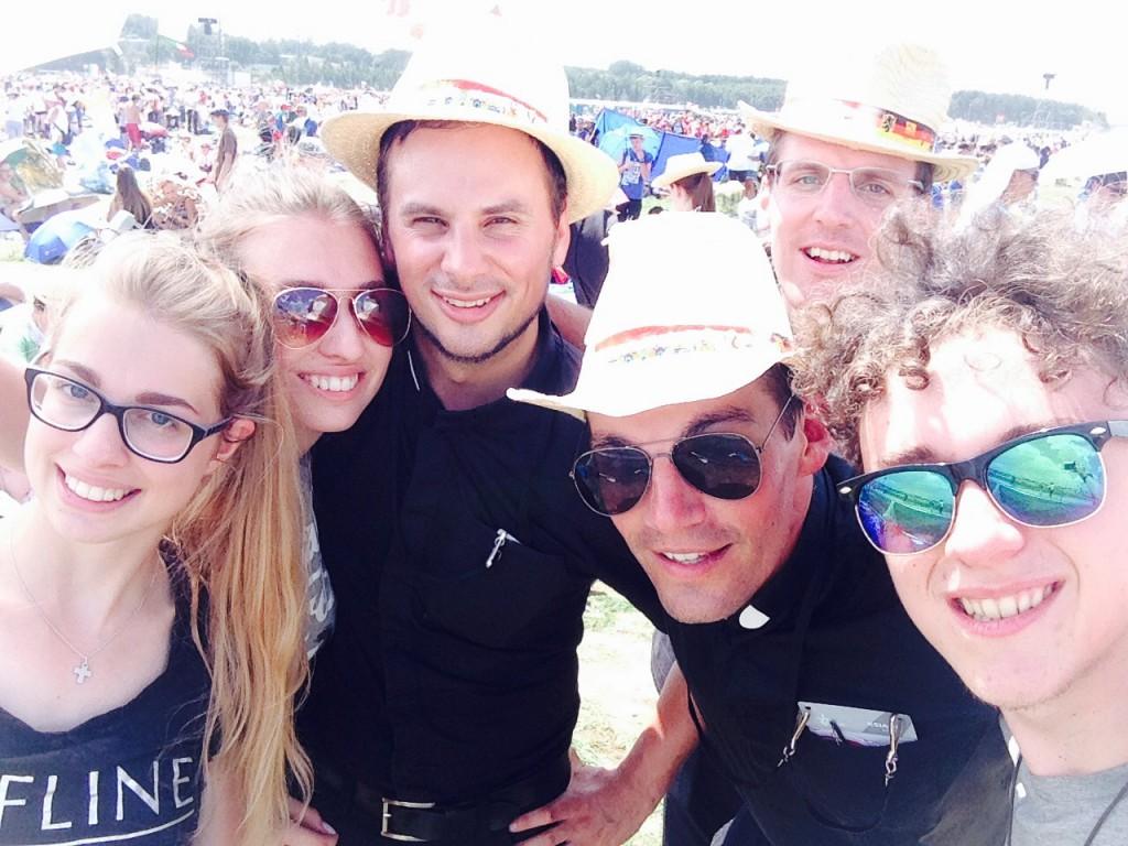 Selfie von RISE UP mit den Priestern